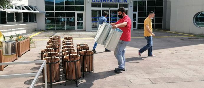 BELEDİYE'DEN HASTANEYE 20 ADET ÇÖP KOVASI