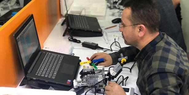 ÖĞRETMENLER ROBOT KODLAMAYI ÖĞRENDİ SIRA ÖĞRENCİLERDE