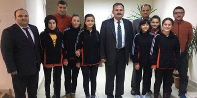 DEVREK'İ ZİRVEYE TAŞIYAN TAKIM KAYMAKAM POLAT'I ZİYARET ETTİ