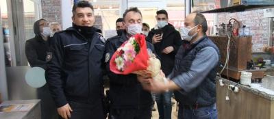 KAVGA İHBARINA GİDEN POLİSLERE  ÇİÇEKLİ KARŞILAMA