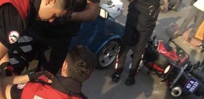 MOTOSİKLETLİ POLİS EKİBİNE ÇARPTI: 2 YARALI